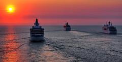 In die Sonne (Roland Mantke) Tags: sonnenuntergang meer schiffe himmel natur olympus