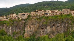 P6110247 (simonrwilkinson) Tags: castellfollitdelaroca basalt cliff garrotxavolcanicpark girona catalonia spain