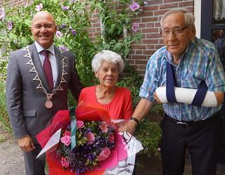 Burgemeester Cees van Rooij feliciteert Nellie de Bie en Sjef van Esch met hun diamanten huwelijk. Sjef kwam 2 dagen na het feest ten val en brak zijn arm. Maar ja zij hij zo kunnen we de 65 jaar samen ook nog wel halen