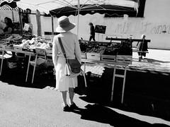 La solitaire (Paolo Pizzimenti) Tags: bar vin solitaire stmartinenré charente marché chapeau paille femme homme table tabouret paolo olympus 12mm 17mm f18 f2 film pellicule argentique m43 mirrorless penf zuiko doisneau