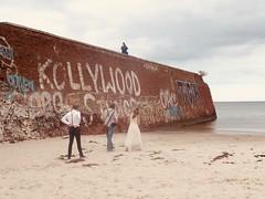 Der besondere Tag (marion streich) Tags: prora ostsee grafitti mauer brautpaar fototograf sea strand beach braut bräutigam bride groom