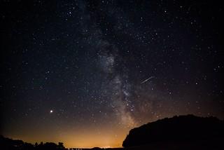 Milchstraße und Perseiden-Meteor über dem Michelsberg