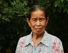 grandma (the foreign photographer - ฝรั่งถ่) Tags: grandma grandmother woman old khlong thanon portraits bangkok bangkhen thailand canon