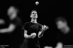 Gandini Juggling - '8 Songs'_R9A9527bw (Andy Phillipson) Tags: andyphillipson livewireimagecom gandinijuggling juggling 8songs seangandini gandinijuggling8songs
