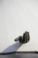 La mà de Le Volcan (crossa) Tags: lehavre levolcan oscarniemeyer art sculpture architecture arquitetura arte mà ma mano main hand pastrimoniomundial unesco worldheritage niemeyer patrimoinemondial normandie france normandia frança francia