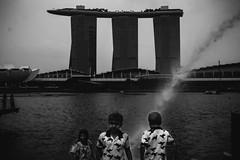 Merlion Park, Singapore. 2018 (Mambo Ferido) Tags: streetphotography blackandwhite streetphoto singapore fuji fujifilm everybodystreet everydayasia twins singaporestreet