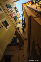 Au fond de la ruelle (patoche21) Tags: ciel europe italie ligurie patrimoine paysage urbain vernazza architecture contreplongée immeuble linge perspective ruelle étendoir patrickbouchenard italy italia building street alley urban societal