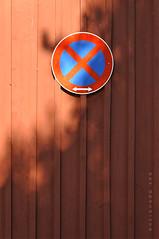 Niederösterreich Waldviertel Ottenstein_DSC0747 (reinhard_srb) Tags: niederösterreich waldviertel ottenstein holz haus wand brett rot halteverbot verkehrsschild schatten licht
