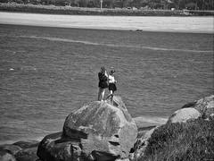 Empeñadas (Luicabe) Tags: agua airelibre arena blancoynegro cabello costa enamorado exterior femenino gente humanol luicabe luis mar monocromaìtico mujer naturaleza paisaje persona playa roca yarat1 zamora zoom ngc monocromático