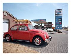 VW 1300 Käfer - III (macfred64) Tags: red film analog mediumformat 120 color vw1300 bug käfer vintagecar fujiga645wi fujinon45mmf4 kodakektar100 thenetherlands sneek