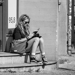 too shy to rap (every pixel counts) Tags: 2018 berlin babylon mitte radioeins radio girl reading everypixelcounts blackandwhite steps bag bolsa germany capital city eu people bw blackwhite blond book 11 sunglasses square street 958 woman berlinalive cinema kino cobblestones day daylight europa hair