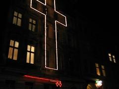 L'indicible est en baisse (Robert Saucier) Tags: berlin nuit night noflash nightshot croix cross fenêtre window vitre glass cristal noir black oblique img8593