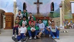 Aitor con algunos del grupo de jóvenes de la parroquia, después de la misa de la tarde en San Antonio