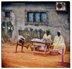 bord de route (Marie Hacene) Tags: côtedivoire abidjan route rue street vendeuse afrique africa