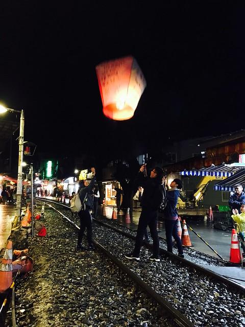 夜の十分天燈上げと夜市散策(九ふんのオプショナルツアー)