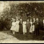 Archiv P693 Gartenfoto, Familienfoto, 1920er thumbnail