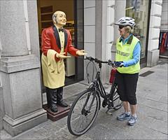 Wilkommen in Linz (Runemaker) Tags: bicycling patricia radfahren bicycle bike fahrrad woman frau linz linzanderdonau austria upperaustria österreich oberösterreich statue