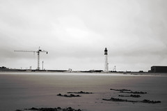 Amers (Atreides59) Tags: plage beach dunkerque nord france ciel sky nuages clouds phare grue crane sable sand black white bw blackandwhite noir blanc nb noiretblanc pentax k30 k 30 pentaxart atreides atreides59 cedriclafrance