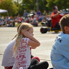Bracing for the motors (radargeek) Tags: mustangwesterndaysparade 2017 september parade mustang oklahoma westerndays coveringears loud shriners kids