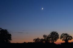 La Lune et Vénus dans le ciel quercynois - moon and Venus (Denis Vandewalle) Tags: moon lune nightsky night astronomy sky ciel crépuscule summer