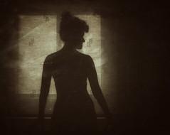Tal vez no fui lo que querías... (elena m.d.) Tags: women mujer femme españa elena 2018 nikon 1855 monocromo monocromatico texturas contraluz