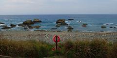 bouées qui plantent le décor (8pl) Tags: taïwan maritime bouées bouée herbeshautes roches rochers eaudemer écume dulan galets plagedegalets