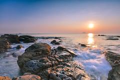 黃金映色(DSC_7394) (nans0410(busy)) Tags: taiwan newtaipeicity wanli northcoast rock sunrise sunlight reflection wave scenery outdoors 台灣 新北市 萬里區 北海岸 晨曦