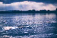 In einem Paralleluniversum hätte ich jetzt in der Dämmerung mit den Füßen im See bleiben können. Das Paralleluniversum beginnt morgen nach der Nachtschicht an meinen vier freien Tagen. (Manuela Salzinger) Tags: markelfingen abend evening sommer summer bodensee lakeconstance see lake sonnenuntergang sunset