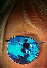 "Fotograf trifft ""Suhl trifft"" genau ins Auge (Maquarius) Tags: sonnenbrille blau blondine bamberg blues jazz festival suhl trifft waffenstadt stadtmarketing reflexion fotograf spiegelung"