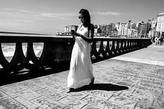 Descalza (jesus pena diseño) Tags: jpena jpenaweb jesuspenadiseño bnw blackandwhite streetphotography woman galicia coruña sea beach spain