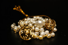 Macro Mondays - Trinkets (Jose Rahona) Tags: macromondays trinkets bisuteria baratija chain cadena dorado golden necklace beads