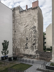 Back-yard (lars_uhlig) Tags: 2018 berlin deutschland germany hinterhof backyard fassade mauer hof stadt wall