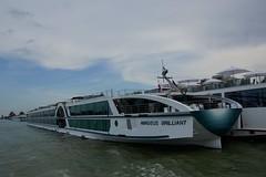 Donau (moscouvite) Tags: heleneantonuk autriche vienne sonydslra450 voyage paysage bateau