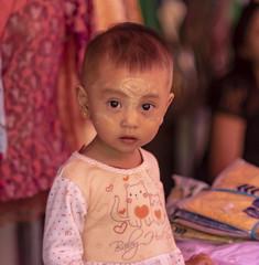 Rostros para un mercado: un niño (Nebelkuss) Tags: myanmar nyaungshwe lagoinle inlelake asia birmania burma tanakha niños children mercado market mirada look fujixt1 canonfd55f12 manuallens lentesmanuales