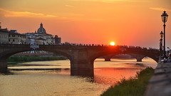 Florence, Arno River sunset watchers (gerard eder) Tags: world travel reise viajes europa europe italy italia italien toscana tuscany toskana florence florenz firenze florencia paisajes panorama puentes night noche nacht arno arnoriver sunset atardecer sonnenuntergang puestadesol