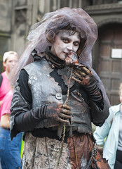 Thrones Bride Edinburgh Fringe 2018_2336 (David in Lisburn) Tags: edinburghfringe scotland royalmile busking streetperformers bagpipes guitarists violins artsfestival cobblestones circus comedy music fireeaters jugglers swordswallowers freeshows leaflets posers posters romeoandjuliet humandolphins facepainting cartoons streetartists