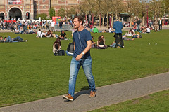 Museumplein - Amsterdam (Netherlands) (Meteorry) Tags: europe nederland netherlands holland paysbas noordholland amsterdam amsterdampeople candid streetscene people zuid sud south museumkwartier museumplein crowd man homme guy male twink singing chanter chanteur singer iamsterdam lawn pelouse grass rijksmuseum april 2017 meteorry