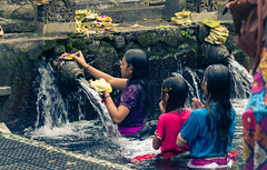 "The Offering (Herve ""Setaou"" BRY) Tags: templedetirtaempul batiment eau bali offrande construction bassin temple indonésie puratirtaempul building indonesia offering water tampaksiring id"