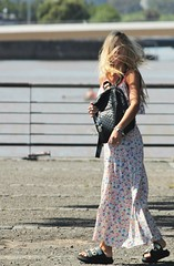 Solo el viento (carlos_ar2000) Tags: retrato portrait paseo walk chica girl mujer woman bella beauty sexy calle street linda pretty gorgeous viento wind pelo hair hairstyle buenosaires argentina