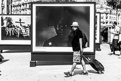 Rencontre photographique. (LACPIXEL) Tags: rencontre encuentro meeting photographique fotografico photographical photographicalmeeting rue street calle streetphotographer homme man hombre paris gare estacion station garedelyon chapeau hat sombrero noiretblanc blancoynegro sony ilce7rm3 a7r3 flickr lacpixel