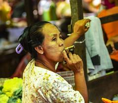 Dar una calada (Nebelkuss) Tags: myanmar nyaungshwe lagoinle inlelake asia birmania burma mercado market tabaco tobacco fumar smoke retratos portrait fujixt1 canonfd100f28