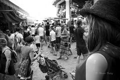 L'été_DSC4441 (hervv30140) Tags: marché mannequin chapeau plastique reflet gens foule acheteur promeneur village été noir blanc regard anduze bras épaule