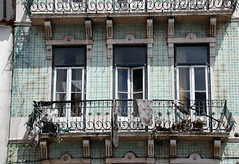 Praca Martim Moniz (MKP-0508) Tags: lissabon lisbonne lisbon lisboa portugal fenster hausfront fenêtres windows pracamartimmoniz martimmoniz balkon balcony balcon vergänglichkeit evanescence