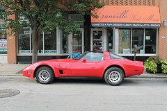 All-American Sports Car (Flint Foto Factory) Tags: chicago illinois urban city summer august 2018 north edgewater granville ave cta redline station 1108 wgranville 1981 chevrolet chevy corvette red street parking parked parallel theclub club anti theft device generalmotors gm fiberglas fiberglass sports car classic american optometrist dr ernest watanabe ginosnorth pizzeria bar lounge flacos tacos worldcars