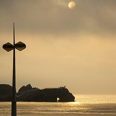 Mirador de La Peñona - Viewpoint of La Peñona (nuska2008) Tags: nuska2008 nanebotas salinas asturias marcantábrico atardecer sunset nubes clouds sol lapeñona farola museodelasanclasdesalinas harmonyoftheseas olympussz30mr flickr españa philippecousteau sun sea landscape