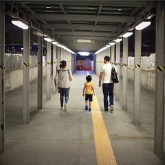 Hong Kong (peter.heindl) Tags: hong kong people family child walkway night available light wan chai 香港 天星 小轮