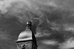 L'horloge de l'église marquait l'heure précise (.urbanman.) Tags: eglise clocher translaforêt illeetvilaine bretagne eglisesaintpierre noiretblanc blackandwhite