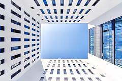 Hoch Tief (Schuchardts') Tags: blue fenster window a7riii a7r3 sony voigtlander wideangle weitwinkel