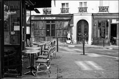 Parisian street (madras91) Tags: nb noiretblanc blackandwhite bw monochrome film delta100 ilford leica leicam2 m2 summaron summaron35mmf28 paris street streetphotography
