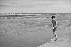 La pêche au crevettes (@phr_photo) Tags: summer été vacance holiday ocean sea mer enfant kid life monochrome bw arcachon